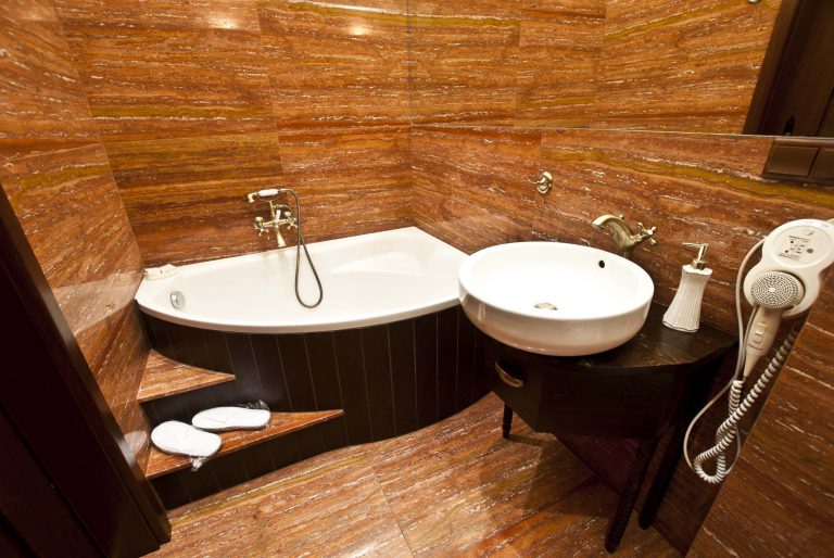 łazienka w apartamencie rubinowym w zamku uniejów