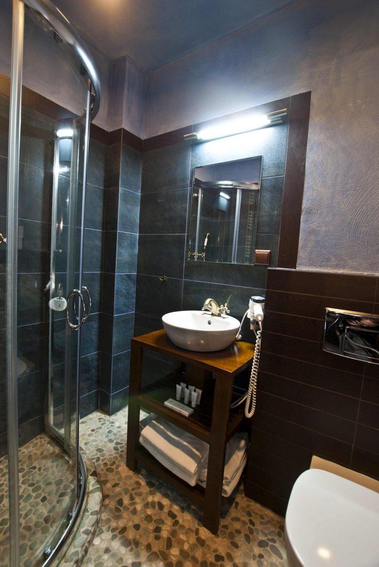 łazienka pokój trzyosobowy w zamku uniejów