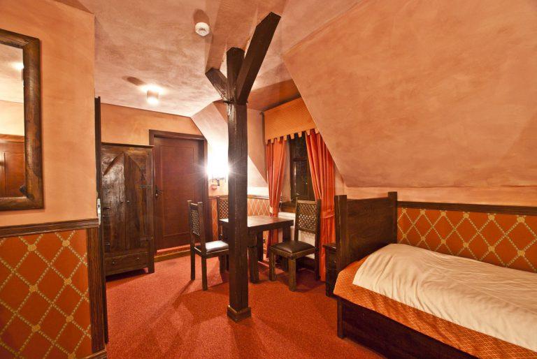 pokój dwuosobowy z dwoma łóżkami pojedynczymi zamek uniejów