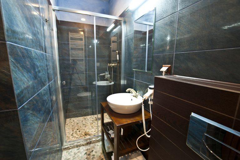 łazienka w pokoju dwuosobowym z dwoma łóżkami zamek uniejów