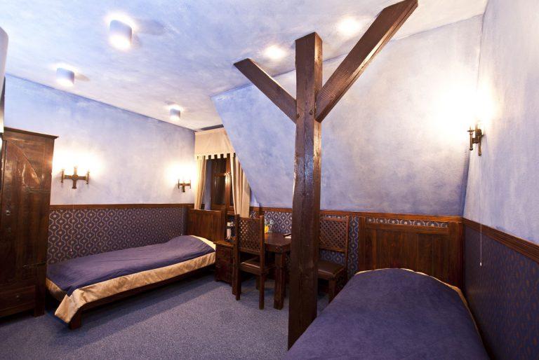dwuosobowy pokój z dwoma łóżkami zamek uniejów