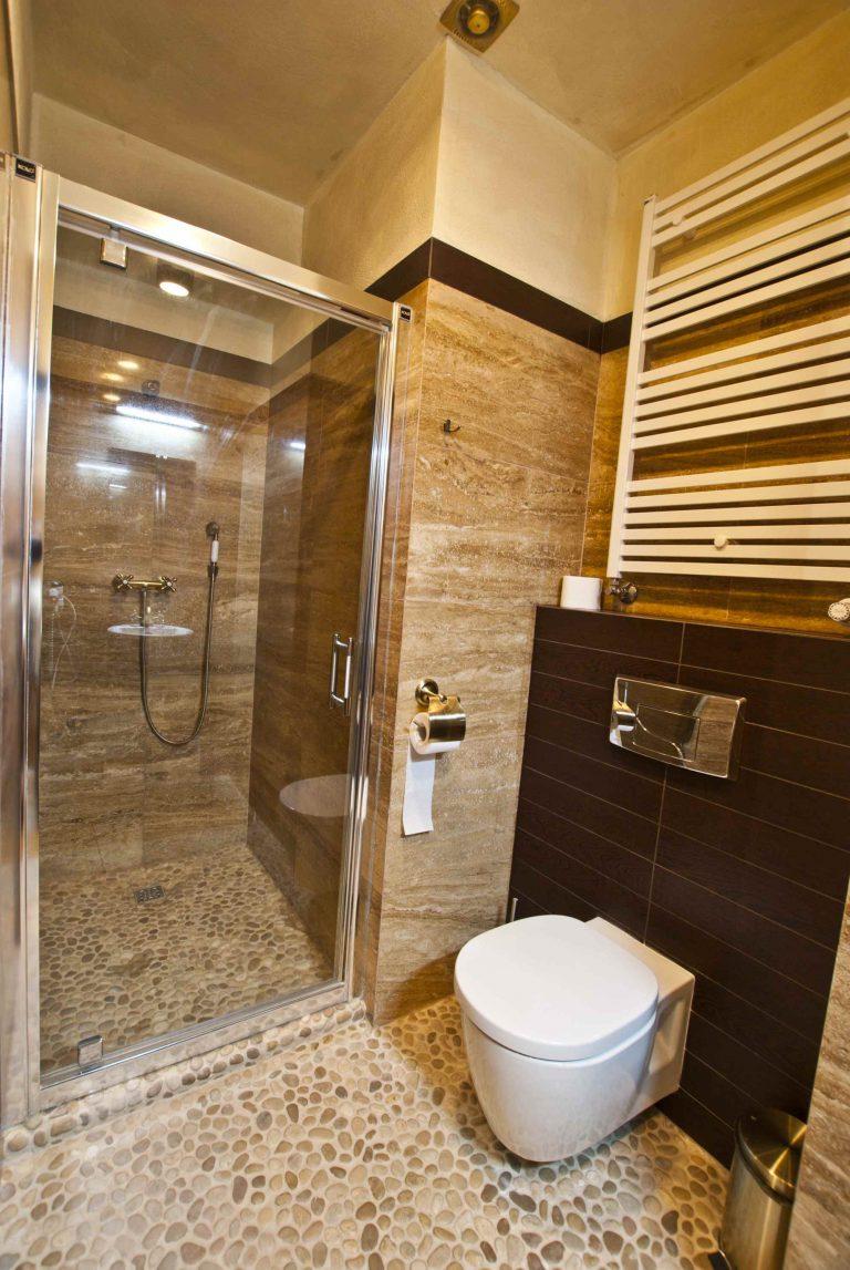 łazienka w pokoju dwuosobowym w zamku uniejów