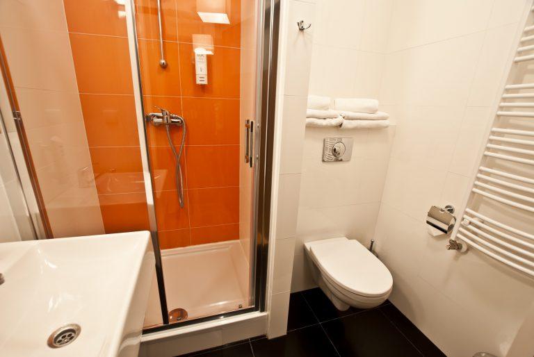 łazienka w dużym pokoju dwuosobowym dom pracy twórczej w uniejowie
